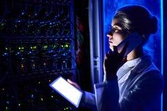女性科学家在未来派数据实验室 图库摄影