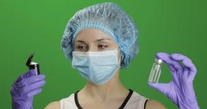 女性科学家选择接种细颈瓶或有药片的塑料瓶子 股票录像