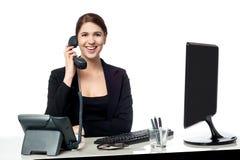 女性秘书回答的电话 免版税库存照片