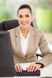 女性秘书键入 免版税库存图片