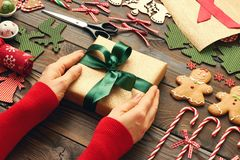 女性移交圣诞节礼物 库存图片
