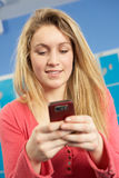 女性移动电话学员少年使用 库存图片