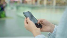 女性移动的电话的手扶的慢动作,当走时 影视素材