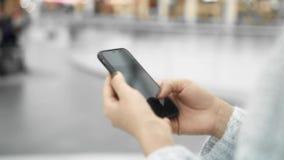 女性移动的电话的手扶的慢动作,当走时 股票录像