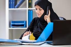 女性穆斯林在办公室 库存照片