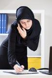 女性穆斯林在工作 库存照片