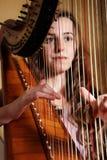 女性竖琴音乐家使用 免版税图库摄影