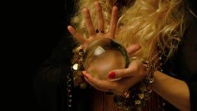 女性算命者浏览未来通过水晶球 股票视频
