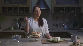 女性糖果商厨师烹调健康有机杯形蛋糕和品尝切片 股票视频