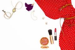 女性红色礼服、耳环、手表、珍珠镯子、构成刷子和唇膏 免版税库存照片