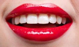 女性红色嘴唇特写镜头  免版税库存图片
