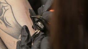 女性纹身花刺艺术家完成纹身花刺并且改正等高,宏指令 影视素材