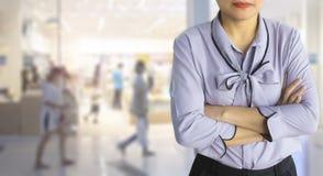 女性经理在商店的管理员和CEO顾客关心或 免版税库存照片