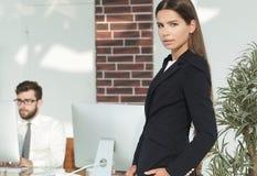 女性经理在工作场所 免版税图库摄影