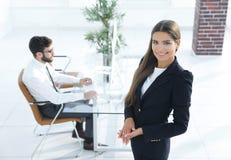 女性经理在工作场所 免版税库存图片