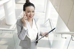 女性经理谈话在电话 库存图片