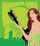 女性绿色吉他弹奏者 免版税库存图片