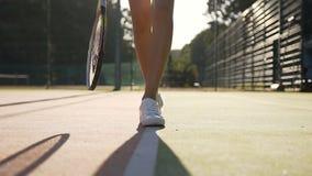 女性网球员腿接近的射击有走在法院的网球拍的 股票视频