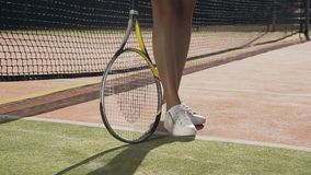 女性网球员spining的球拍接近的射击在地面上的 股票录像