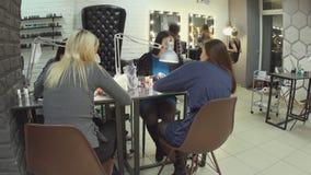 女性美容师做不同的做法和服务在美容院 影视素材