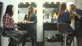 女性美容师做不同的做法和服务在美容院 股票视频