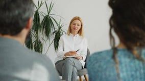 女性老练的心理分析家谈话与设法已婚的夫妇解决他们的关系困难 股票视频