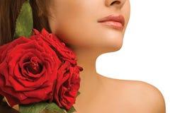 女性肩膀和玫瑰 免版税库存照片