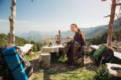 女性背包徒步旅行者传统在山,土耳其 免版税库存图片