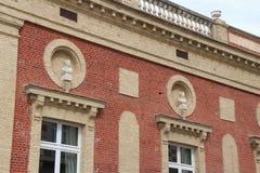 女性胸象装饰在多维尔位于的砖房子的门面(法国) 免版税库存图片