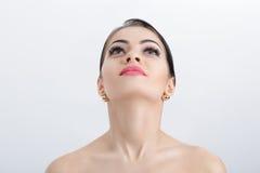 女性脖子前面画象在灰色背景关闭的 有干净和被举的皮肤的女孩 免版税库存图片