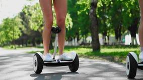 女性脚亦不白色在慢动作特写镜头的GyroScooter特写镜头  股票录像