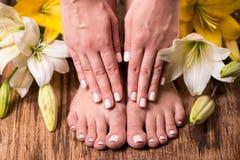 女性脚和手在温泉以后 免版税库存图片