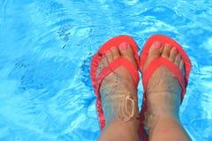 女性脚在水中 免版税库存照片