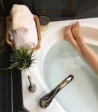 女性脚照片在浴缸的 免版税图库摄影