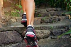 女性脚特写镜头在走的运动鞋的户外 免版税库存照片