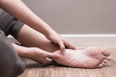 女性脚脚跟痛苦,脚底fasciitis混乱 库存照片