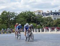 女性脱离在巴黎-由Le环法自行车赛的La路线 免版税库存图片