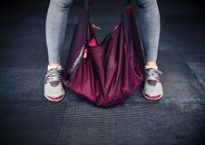女性腿和体育袋子 免版税库存图片