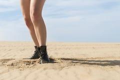 女性腿在沙漠 图库摄影
