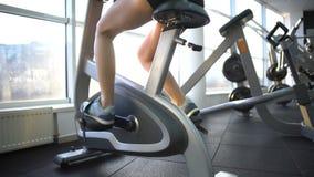 女性腿训练在固定式自行车的,灼烧的卡路里,心脏锻炼 影视素材