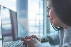 女性膝上型计算机使用 免版税库存照片