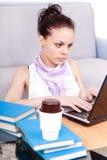 女性膝上型计算机学员工作 免版税库存图片