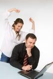 女性膝上型计算机男性经理工作 免版税图库摄影