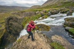 女性自然摄影师 免版税库存图片