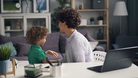 女性自由职业者与在家然后使用与小孩的膝上型计算机一起使用 影视素材