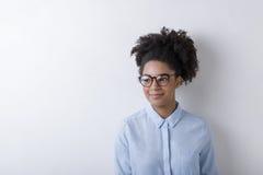 女性自由职业者佩带的玻璃 免版税库存图片