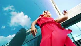 女性舞蹈家低角度射击红色礼服的有在背景的镜子表面的 股票视频