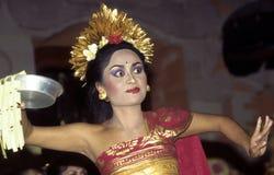 女性舞蹈家执行印度尼西亚舞蹈 免版税库存图片