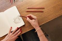 女性艺术家与铅笔剪影一起使用 库存图片