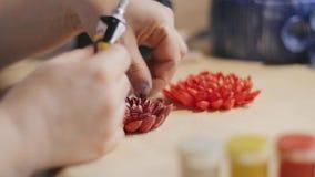 女性艺术家做设计与被绘的坚果壳的装饰花 股票录像